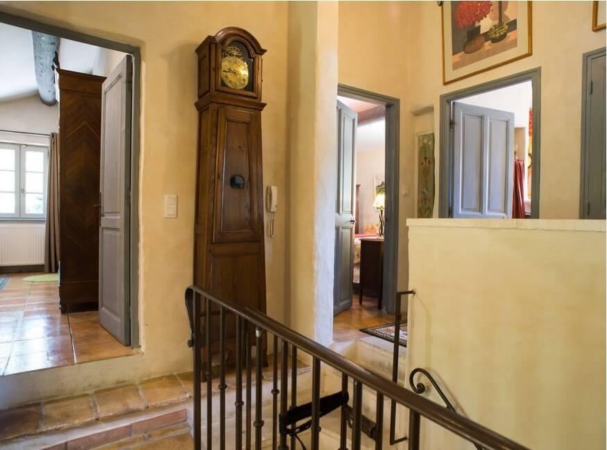 Часть прихожей и коридора с лестничным пролетом, выполненные в стиле Прованс