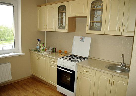 Линейная планировка кухни в частном доме, фото дизайн в классическом стиле