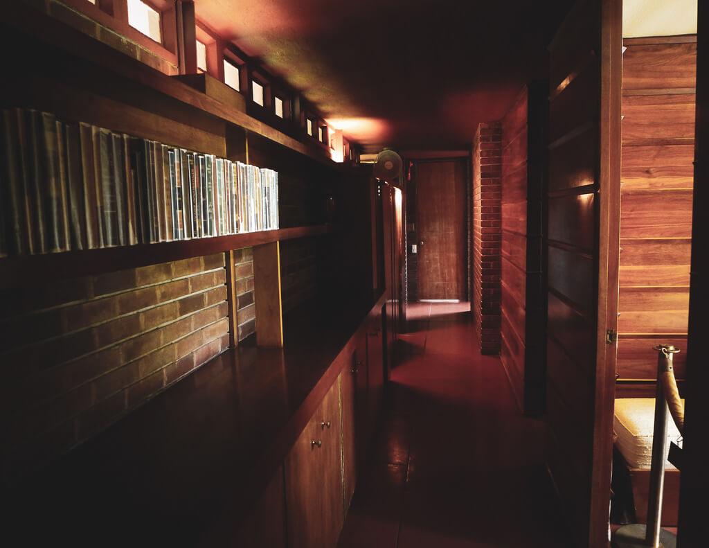 Узкий, но функциональный коридор в стиле лофт